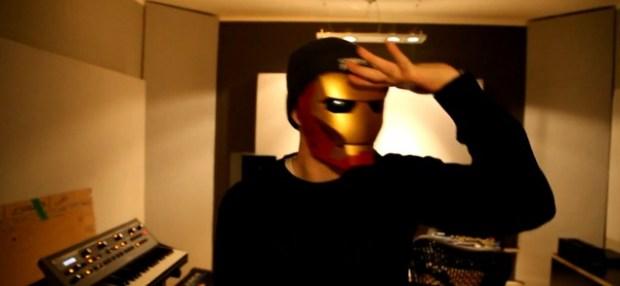 Lance Butters versucht durch seine Maske zu gucken. Es misslingt ihm.